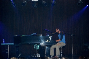 Andrew McMahon played a variety of covers throughout the evening.